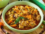 Рецепта Яхния с грах от консерва, пилешки бутчета, лук, морков и доматен сок